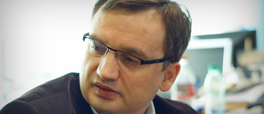 """Jednej z trzech osób, zatrzymanych w poniedziałek przez CBA ws. reprywatyzacji w Warszawie, zostały postawione zarzuty - poinformował minister sprawiedliwości Zbigniew Ziobro. Zaapelował również do urzędników, którzy mają wiedzę o nieprawidłowościach, by sami zgłaszali się do prokuratury, """"bo to może ułatwić ich sytuację procesową""""."""