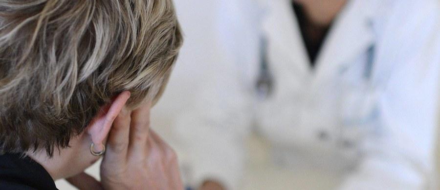 Broń i pół tysiąca sztuk amunicji znalazła policja podczas przeszukań u chirurga onkologa zatrzymanego w sprawie molestowania pacjentek. Prokuratura Okręgowa w Gdańsku potwierdziła nieoficjalne informacje naszego reportera: o poranku policja zatrzymała 65-letniego lekarza z Pomorza. O godzinie 10 miało się rozpocząć się jego przesłuchanie, podczas którego miał usłyszeć zarzuty. Według nieoficjalnej wiedzy naszego dziennikarza, chodzi o molestowanie seksualne pacjentek. Miał się tego dopuścić gdański chirurg onkolog.
