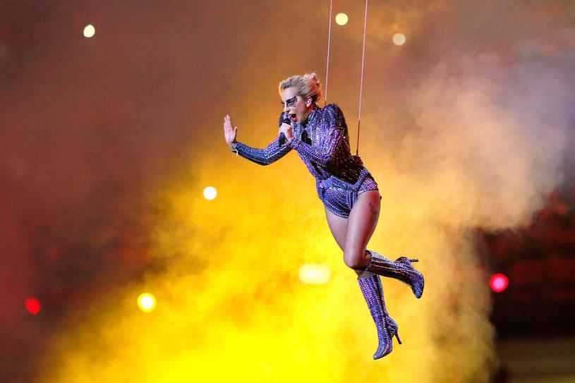 5 lutego 2017 roku odbył się 51. Super Bowl. Gwiazdą w przerwie spotkania była Lady Gaga. Spektakularny show odbił się szerokim echem na całym świecie. Wokalistka nie ustrzegła się żartów internautów na temat jej występu oraz strojów, w których się pojawiła.