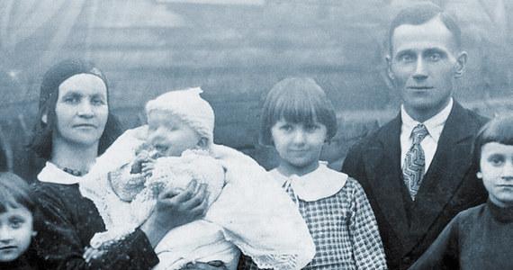 """""""Ta historia towarzyszyła mi od zawsze, z nią dorastałam i szłam przez życie (…). Nigdy nie była moją własną historią, lecz historią przeżyć mojej rodziny  z lat 1940-1946 i dziejów syberyjskiego zesłania moich dziadków"""" - mówi Dagmara Dworak, autorka """"Kromki chleba"""". Dziś książka trafia do księgarń. To poruszające wspomnienia z syberyjskiego zesłania, do których dołączony jest jedyny w swoim rodzaju film."""