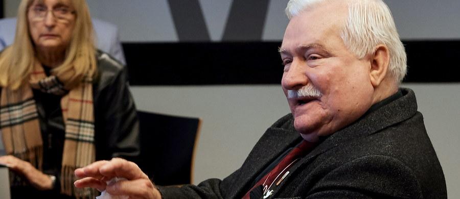 """""""Żaden z dokumentów, który miałby świadczyć o mojej współpracy z bezpieką, nie jest prawdziwy"""" – mówił na konferencji prasowej Lech Wałęsa. Były prezydent i legendarny przywódca """"Solidarności"""" po raz kolejny zapewniał: """"Nikt mnie nigdy nie złamał"""". IPN pod koniec stycznia przedstawił opinię biegłych w sprawie dokumentów teczki personalnej i teczki pracy TW """"Bolek"""". """"Odręczne zobowiązanie o podjęciu współpracy ze Służbą Bezpieczeństwa z dnia 21 grudnia 1970 roku zostało w całości nakreślone przez Lecha Wałęsę"""" - poinformował wtedy szef pionu śledczego IPN Andrzej Pozorski."""