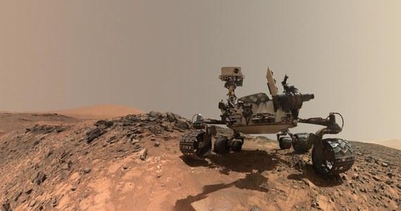 """Naukowcy zajmujący się Marsem mają problem. Analiza najnowszych wyników badań, przesłanych przez łazik """"Curiosity"""", wskazuje na to, że 3,5 miliarda lat temu, w prymitywnej atmosferze Czerwonej Planety było... za mało dwutlenku węgla. Doniesienia, opublikowane w czasopismie """"Proceedings of the National Academy of Sciences (PNAS)"""" stawiają pod znakiem zapytania dotychczasowe teorie tłumaczące, w jaki sposób na Marsie mogła pojawić się woda w stanie ciekłym."""