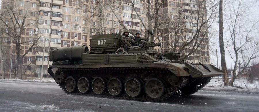 Niemiecka kanclerz Angela Merkel w rozmowie telefonicznej wezwała rosyjskiego prezydenta Władimira Putina, by wpłynął na separatystów w celu powstrzymania przemocy na wschodniej Ukrainie - poinformował rzecznik niemieckiego rządu Steffen Seibert. Oboje przywódcy wyrazili nadzieję, że walki na wschodzie Ukrainy wkrótce ustaną.