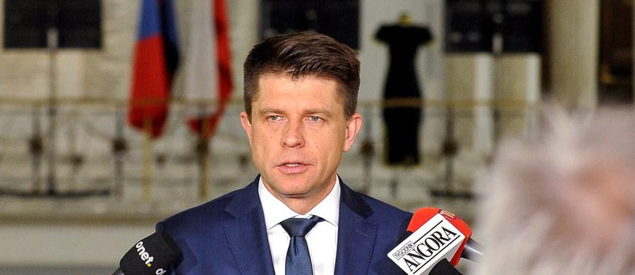 """Brexit, związane z nim zmiany w unijnym budżecie oraz sprawa tzw. Europy dwóch prędkości powinny być wśród tematów rozmów polskich władz z kanclerz Niemiec Angelą Merkel; takie spotkania powinny być częstsze - uważa Ryszard Petru. Lider Nowoczesnej nawiązał także do ewentualnego poparcia polskiego rządu dla kandydatury Donalda Tuska na kolejną kadencję szefa Rady Europejskiej. """"To kuriozum, że kanclerz Niemiec przyjeżdża do Polski lobbować za tym, by Polska poparła Polaka"""" - ocenił."""