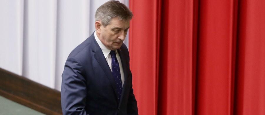 Złożony w styczniu wniosek o odwołanie Marka Kuchcińskiego nie będzie rozpatrzony na obecnym posiedzeniu Sejmu. Opozycja ma świadomość, że to naruszenie Regulaminu Sejmu, jednak nie protestuje. Może to być efekt umowy - odroczenie sprawy Marszałka w zamian za nieodwoływanie opozycyjnych wicemarszałków Sejmu.