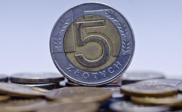 """Działające w Polsce banki nie dostosowały się do obowiązującej od dzisiaj nowej ustawy o usługach płatniczych. Wynika z niej, że każdy bank i SKOK powinien mieć w ofercie darmowy tzw. rachunek podstawowy - czyli proste konto z kartą za zero złotych. Dziennikarz RMF FM Krzysztof Berenda rozmawiał o tej sprawie z przedstawicielami wszystkich największych banków w kraju - w każdym banku usłyszał: """"Nie zrobiliśmy tego, bo nie musimy""""."""