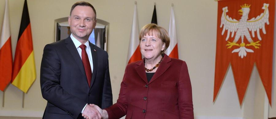 """Prezydent Andrzej Duda powiedział, że podczas rozmowy z kanclerz Niemiec Angelą Merkel wyraził zdumienie, że są poważni politycy w Europie, którzy pozwalają sobie na zupełnie niepotrzebne """"wycieczki"""" pod adresem USA i prezydenta Donalda Trumpa."""