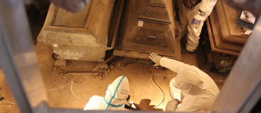 Archeolodzy zakończyli badania krypty biskupa Krzysztofa Andrzeja Jana Szembeka, która znajduje się w archikatedrze we Fromborku w woj. warmińsko-mazurskim. Potwierdzili, że pochowano tam sześć osób. Naukowcy znaleźli też porozrzucane przedmioty.