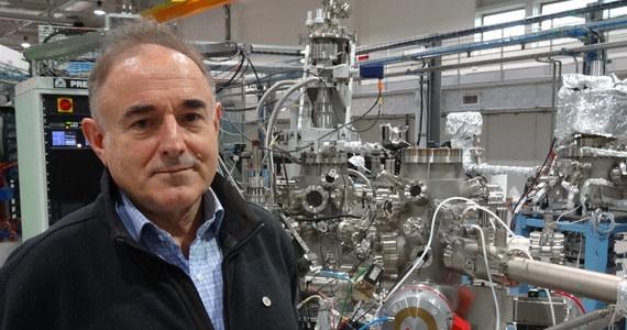 """Synchrotron SOLARIS, najnowocześniejsze urządzenie naukowe w Polsce - nie będzie dostępne do badań w tym roku, jak wcześniej zapowiadano - dowiedział się reporter RMF FM. Dłużej, niż się spodziewano trwa proces kalibrowania linii badawczych. W rozmowie z Grzegorzem Jasińskim, dyrektor Narodowego Centrum Promieniowania Synchrotronowego uspokaja, że sam synchrotron pracuje bez zarzutu. Prawdopodobnie w połowie roku rozpocznie się zbieranie wniosków badawczych, a praca nad nimi będzie możliwa od początku przyszłego roku. Do współpracy w kalibrowaniu aparatury zostaną jeszcze w tym roku zaproszeni tak zwani """"expert users"""", zespoły naukowe z dużym doświadczeniem pracy z wykorzystaniem synchrotronów. Ich uwagi pomogą w doprowadzeniu linii badawczych do pełnej gotowości."""