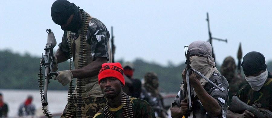 Piraci uprowadzili u wybrzeży Nigerii siedmiu rosyjskich marynarzy i jednego ukraińskiego - podały resorty dyplomacji Rosji i Ukrainy. Porwani płynęli frachtowcem z Duali w Kamerunie do Las Palmas na hiszpańskich Wyspach Kanaryjskich.