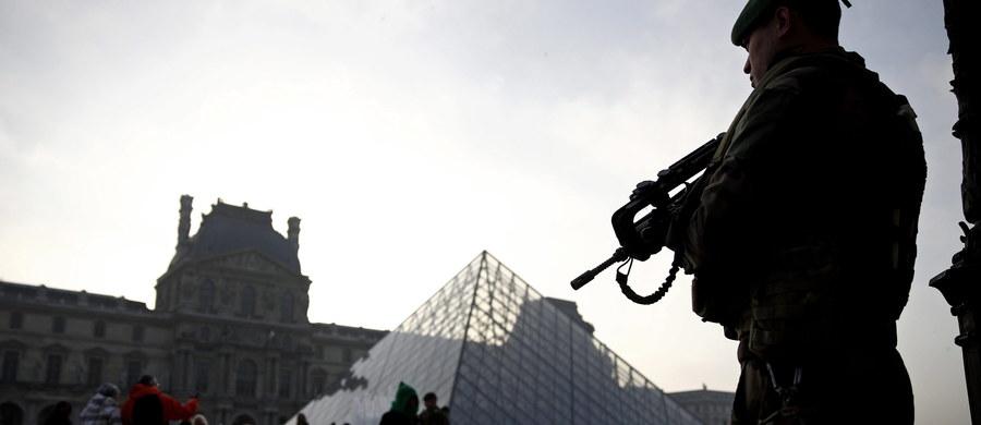 """Egipcjanin, który 3 lutego zaatakował żołnierzy pilnujących bezpieczeństwa przed Luwrem w centrum Paryża, przed tym zamachem dokonał dwóch przelewów na łączną kwotę 5 tys. euro do swojego rodaka przebywającego w Polsce - podał dziennik """"Le Figaro""""."""