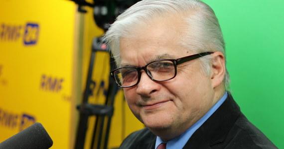 """""""To żenujące i śmieszne. To kompromituje nasz kraj"""" – mówił o przyjeździe Angeli Merkel do Polski i jej lobbowaniem za Donaldem Tuskiem gość Popołudniowej rozmowy w RMF FM Włodzimierz Cimoszewicz. Były premier stwierdził, że brak poparcia Polski dla Tuska w walce o fotel prezesa Rady Europejskiej to rezultat sporu osobistego. """"Ogrywany przez Tuska PiS odgrywa się na nim"""" – powiedział były premier. Dodał, że polityka zagraniczna naszego kraju jest """"niepoważna"""". """"Waszczykowski jest kiepskim dyplomatą, jest współodpowiedzialny za katastrofę polskiej polityki zagranicznej i niech on nie stawia warunków komuś, kto jest międzynarodowo znacznie bardziej szanowany"""" – mówił. """"Jest nienaturalne, kiedy polski rząd pierwszy raz w historii ma człowieka na takim stanowisku w Unii Europejskiej, to nie popiera go"""" – dodał gość Marcina Zaborskiego."""