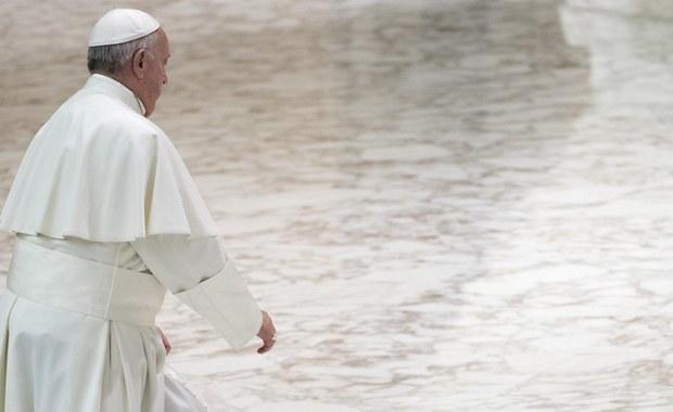 """Papież Franciszek powiedział, że wykorzystywanie kobiet to szczególna """"zbrodnia obrazy człowieczeństwa"""", bo niszczy """"harmonię na świecie"""". Podczas mszy w Domu św. Mart podkreślił, że nie można mówić, że """"kobieta jest do mycia naczyń""""."""