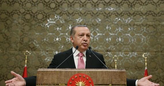 """Śmierć tureckich żołnierzy w Syrii spowodowana rosyjskim ostrzałem nie wywoła kryzysu między Ankarą a Moskwą. Nie będzie powtórki z 2015 roku, kiedy siły tureckie zestrzeliły rosyjski samolot wojskowy - twierdzi rosyjska prasa. Oba kraje są teraz sojusznikami w Syrii. """"Kommiersant"""" zwraca uwagę, że w pierwszych wystąpieniach po ostrzale zarówno politycy, jak i wojskowi tureccy podkreślali, że chodzi o niezamierzony błąd ze strony rosyjskiej. Z ich wypowiedzi można wnioskować, że """"ten tragiczny wypadek nie doprowadzi do ochłodzenia stosunków z Moskwą"""" - zauważa dziennik."""