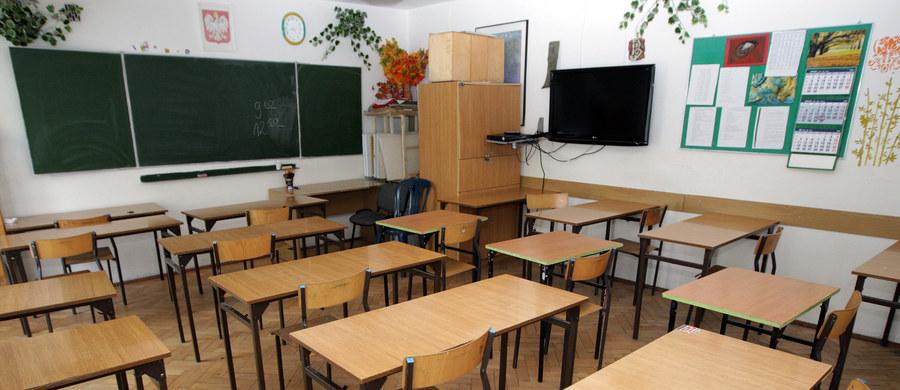 Nauczyciele alarmują, że po likwidacji gimnazjów będą mniej zarabiać. Jak mówią, nowe przepisy nie tylko nie gwarantują im utrzymania miejsc pracy, ale mogą także doprowadzić do obniżenia pensji.