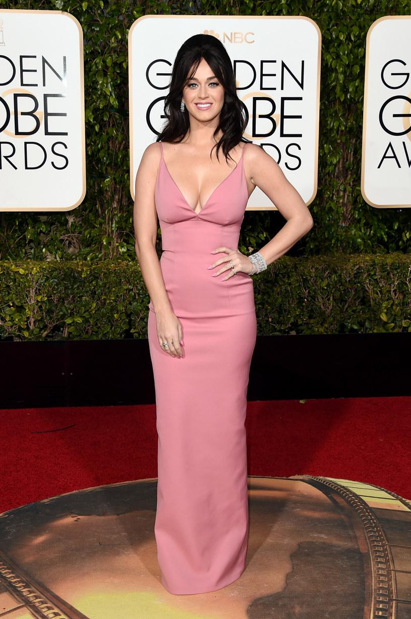 """Podczas tegorocznej ceremonii rozdania nagród Grammy Katy Perry zaśpiewa swój nowy utwór """"Chained To The Rhythm"""". W sieci pojawiło się tzw. lyric video do piosenki."""