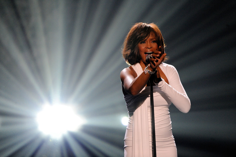 Gdy 11 lutego 2012 roku podano informację o śmierci jednej z najważniejszych wokalistek ostatnich lat, wielu nie mogło w to uwierzyć. Równie przygnębione i zaskoczone były gwiazdy muzyki, które następnego dnia oddały hołd legendarnej artystce na ceremonii rozdania nagród Grammy (12 lutego).