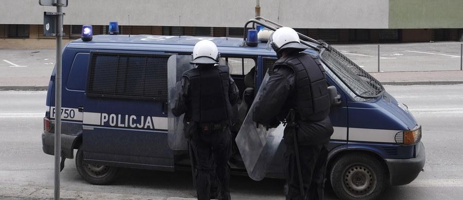 """Szef MSWiA Mariusz Błaszczak poinformował, że podpisał rozporządzenia wprowadzające podwyżki w wysokości przeciętnie ponad 250 zł dla policjantów, zawodowych strażaków, pograniczników i funkcjonariuszy BOR. Podwyżki dostaną też pracownicy cywilni służb. """"Wykonujecie trudną i odpowiedzialną służbę (...). Zasługujecie na to, aby za swój wysiłek otrzymywać godziwe wynagrodzenie - podkreślił minister."""