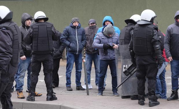 Dwaj najbardziej agresywni mężczyźni zatrzymani wczoraj podczas nielegalnej demonstracji przed siedzibą Katowickiego Holdingu Węglowego odpowiedzą za chuligański wybryk i udział w zbiegowisku.