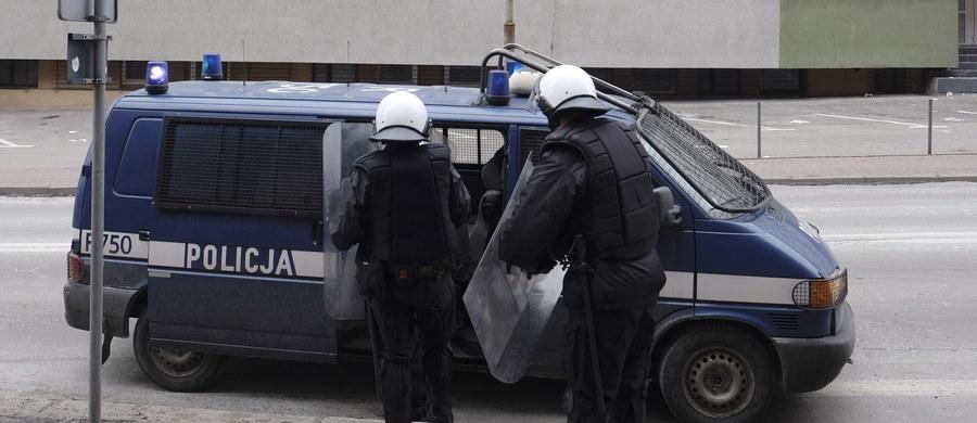 To kibole Polonii Bytom pobili piłkarza Ruchu Radzionków. Policja zatrzymała już dwóch napastników, a prokurator postawił im zarzuty. Obaj musieli wpłacić po 5 tysięcy złotych poręczenia i znajdują się pod dozorem policji.