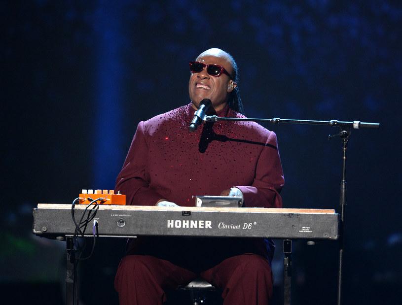 """W 2014 roku po sieci zaczęła rozchodzić się teoria spiskowa, według której Stevie Wonder wcale nie jest niewidomy. Zapytany o całą sprawę muzyk tajemniczo odpowiedział, że jeszcze w tym roku """"ujawni prawdę""""."""