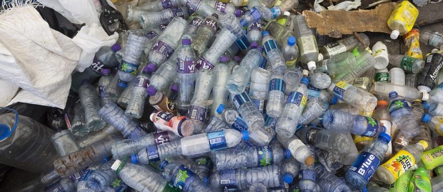 W Tajlandii rozpoczęto usuwanie ogromnej sterty śmieci o długości kilometra, która dryfuje po wodach Zatoki Syjamskiej. Władze przyznają, że nigdy wcześniej nie miały do czynienia z taką sytuacją. Według mediów usunięcie odpadów zajmie 10 dni.