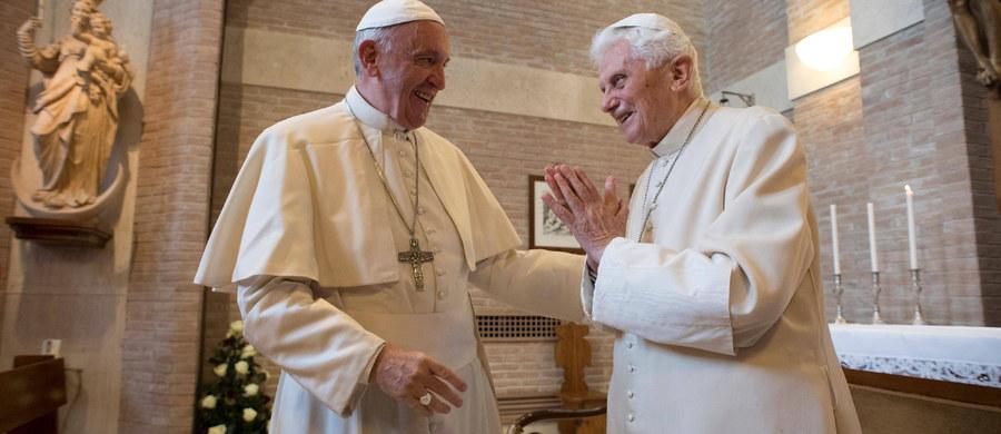 """4 lata po abdykacji emerytowany papież Benedykt XVI jest w pełni sił intelektualnych i coraz bardziej kruchy fizycznie - powiedział były rzecznik Watykanu, ks. Federico Lombardi w związku z sobotnią rocznicą ogłoszenia historycznej decyzji o jego ustąpieniu. W wywiadzie dla telewizji włoskiego episkopatu ksiądz Lombardi, który jest prezesem fundacji Josepha Ratzingera, wyraził opinię, że ogłoszona 11 lutego 2013 roku podczas konsystorza decyzja papieża o rezygnacji z posługi z powodu braku sił fizycznych nie była """"dramatyczna""""."""