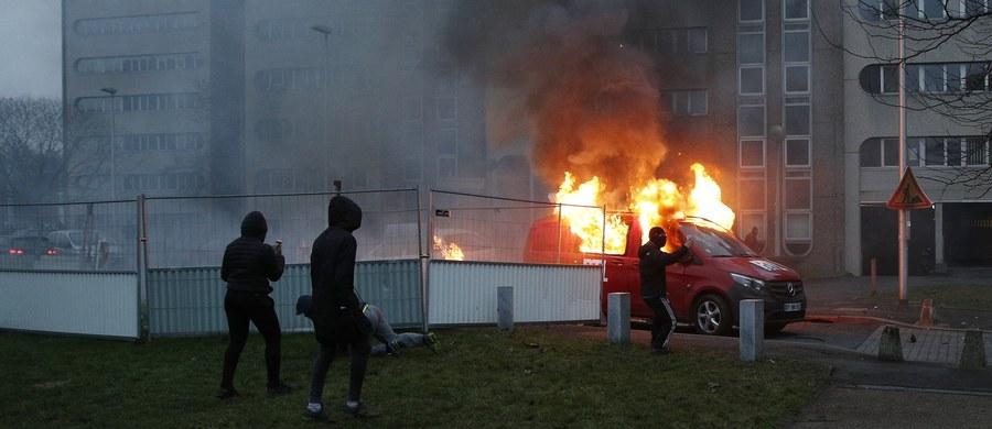 Ta historia mogła zakończyć się tragicznie. Z podpalonego samochodu w Bobigny niedaleko Paryża policjanci w ostatniej chwili uratowali dziecko. Tak francuska prasa komentuje nocne starcia młodzieżowych band z policją. Doszło do nich w jednym z podparyskich imigranckich gett. Był to kolejny dzień zamieszek po brutalnym zatrzymaniu 22-latka.