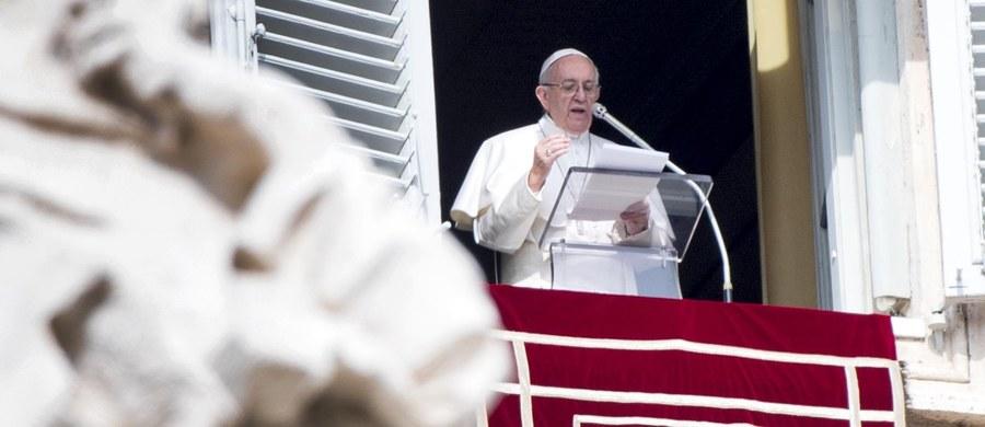"""""""Nie obrażajcie innych"""" - apelował papież Franciszek do wiernych podczas spotkania na modlitwie Anioł Pański w Watykanie. """"Jesteśmy przyzwyczajeni do obrażania"""" - dodał i podkreślił, że ludziom przychodzi to tak łatwo, jak powiedzieć """"dzień dobry""""."""