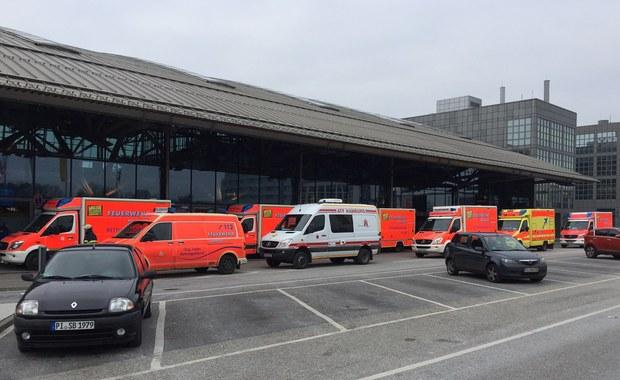 Przez godzinę zamknięte było lotnisko w Hamburgu. Nieznana substancja sprawiła, że personel i pasażerowie skarżyli się na łzawienie i ból oczu oraz kaszel. 50 osób trafiło pod opiekę lekarską.