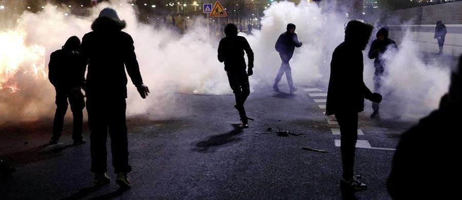 37 osób zostało zatrzymanych pod Paryżem w wyniku starć, jakie nastąpiły po sobotnich manifestacjach wsparcia dla 22-letniego Theo. Młody mężczyzna został ranny podczas brutalnego zatrzymania przez policję 2 lutego - podały źródła policyjne.