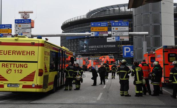 To gaz był przyczyną niedzielnego zamknięcia lotniska w Hamburgu. 9 poszkodowanych przewieziono do szpitali. Według policji nie był to zamach terrorystyczny. Po południu port został ponownie otwarty.