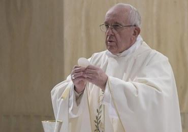 """""""Jak kapłan może wyrządzić tyle zła?"""". Papież napisał wstęp do książki ofiary księdza pedofila"""
