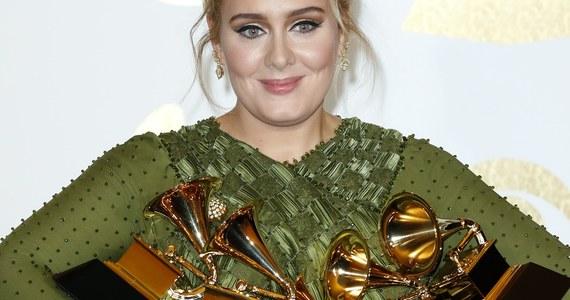 """Brytyjska piosenkarka Adele triumfowała na 59. gali rozdania nagród Grammy, """"muzycznych Oscarów"""". Jej utwór """"Hello"""" zdobył tytuł najlepszej piosenki i nagrania roku. Nagrodę za nagranie muzyki chóralnej otrzymał album """"Penderecki conducts Penderecki"""". Także w tym roku Adele miała problemy podczas występu na żywo. Na początku wykonania """"Fastlove"""" w hołdzie dla George'a Michaela, zaczęła fałszować. Zaklęła. I postanowiła rozpocząć piosenkę od początku."""