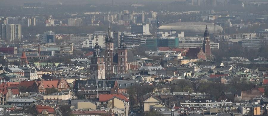 Dron, który latał nad krakowską Nową Hutą w poszukiwaniu źródeł zanieczyszczeń powietrza, rozbił się na jednym z kominów - dowiedział się reporter RMF FM. Samolot fotografował przemysłowe tereny w grudniu zeszłego roku. Wciąż jednak nie poznaliśmy wyników tych badań.