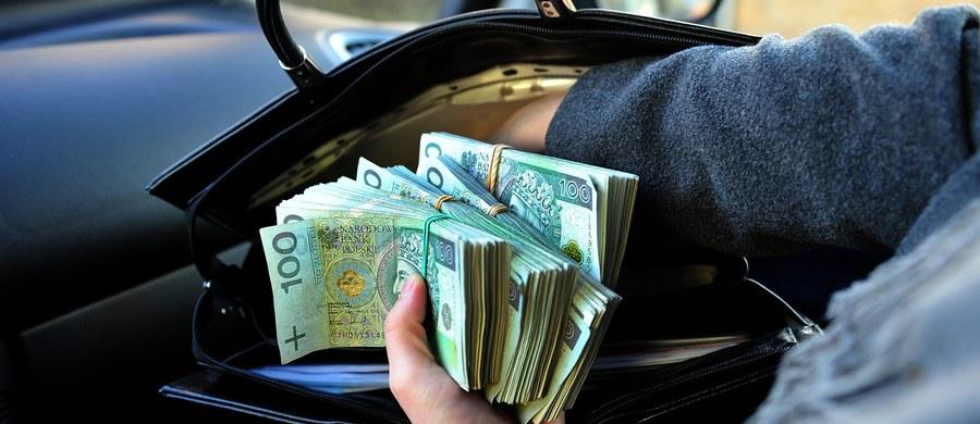 Tysiące osób z całej Polski zostało oszukanych przez zorganizowaną grupę przestępczą zajmującą się oszustwami kredytowymi. Do tej pory w sprawie zatrzymano 6 osób, pracowników firm pośredniczących w zawieraniu umów kredytowych - podała wrocławska prokuratura.