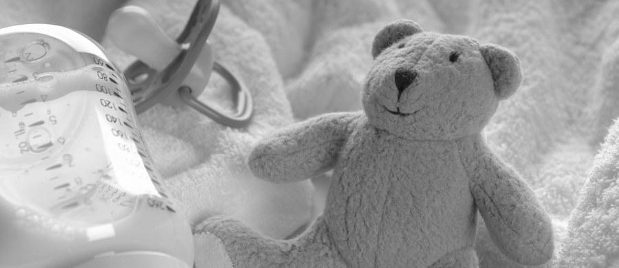 Noworodek z okolic Żar w Lubuskiem zmarł z powodu powikłań po chorobie płuc - takie ustalenia przyniosła sekcja zwłok maleństwa. Wykluczono, by do śmierci dziecka przyczynili się rodzice. To oni w niedzielę powiadomili policję, że miesięczne dziecko nie żyje.