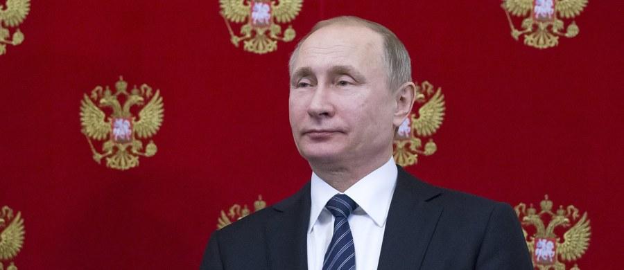 """23 proc. Rosjan ocenia, że obecne czasy to okres, kiedy w Rosji żyje się najlepiej, nieco mniej (29 proc.) uważa, że najlepszą epoką były rządu Leonida Breżniewa (lata 1964-1982) - cytuje dziennik """"Wiedomosti"""" wyniki sondażu niezależnego Centrum Lewady."""
