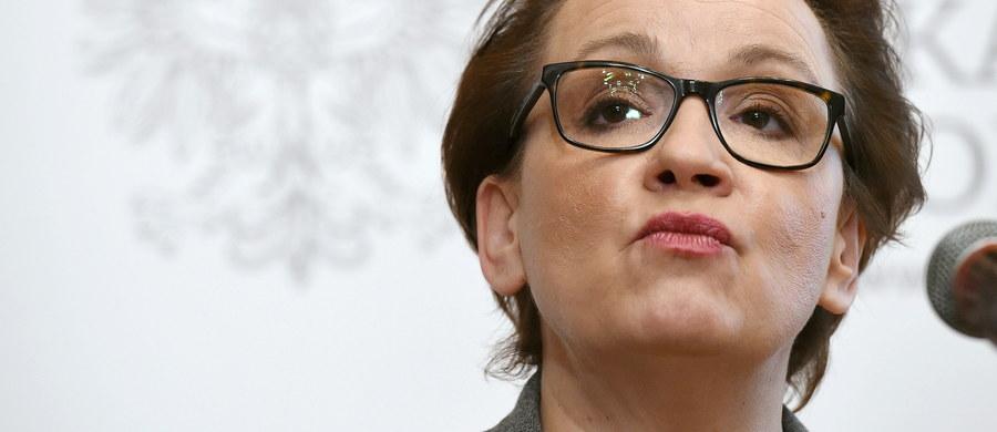 Minister edukacji narodowej Anna Zalewska podpisała podstawę programową. Będzie ona obowiązywała od 1 września 2017 r. w 8-letniej szkole podstawowej.