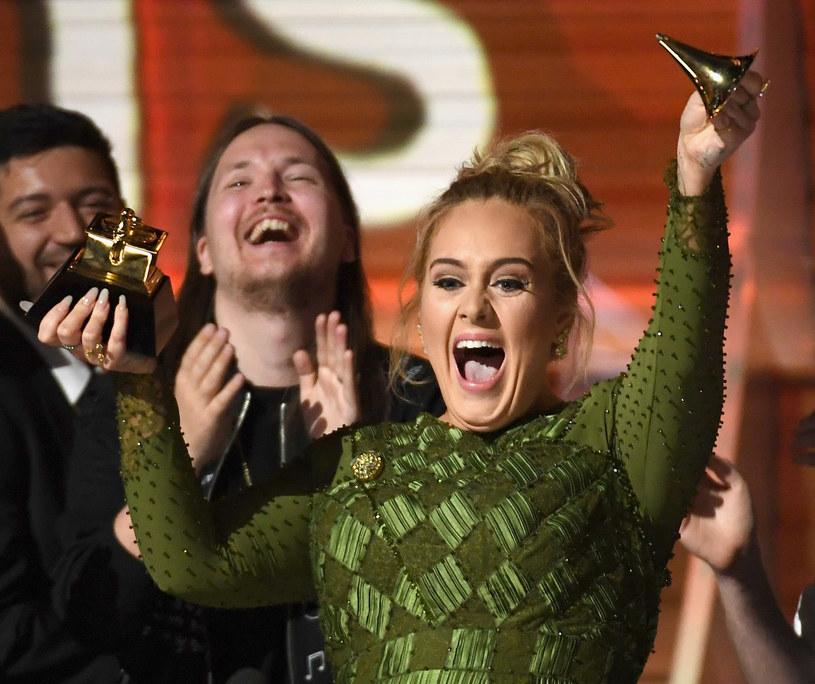 """Przyznanie nagrody w kategorii album roku płycie Adele """"25"""" wywołało sporo kontrowersji. Wiele osób z branży, a także nagrodzona Brytyjka przyznali, że nagroda należała się Beyonce."""