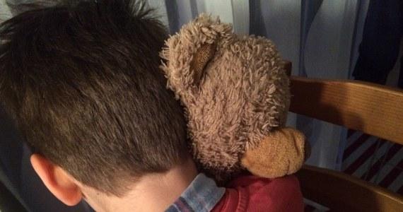 """Policjanci olsztyńskiego CBŚP zatrzymali 35-letniego Bartosza M. ps. """"Blu"""" podejrzewanego o seksualne wykorzystywanie dzieci. Przestępca wpadł w Ełku. Policja apeluje o informacje o osobach, które mogły paść ofiarami pedofila."""