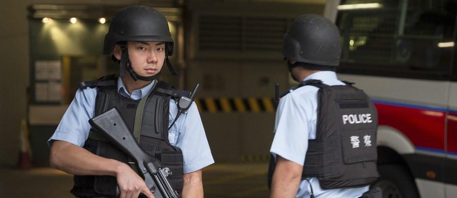 Grupa trzech nożowników zaatakowała tłum osób w prowincji Sinciang. Napastnicy zabili pięć osób.