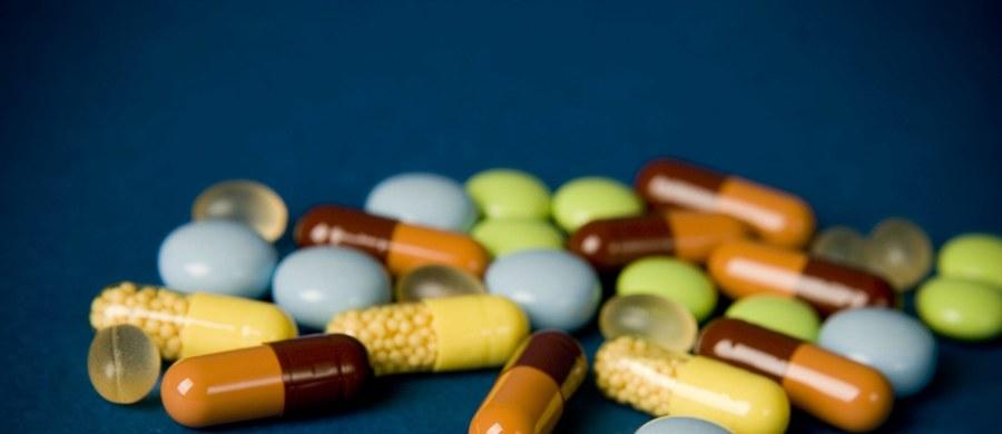"""Międzynarodowe badania naukowe wskazują, że witamina D pomaga nam chronić się przed przeziębieniami i grypą. Zespół naukowców z kilkunastu krajów, wśród nich prof. Iwona Stelmach z Uniwersytetu Medycznego w Łodzi, pisze na łamach czasopisma """"BMJ"""", że systematyczne zażywanie preparatów zawierających witaminę D może zauważalnie zmniejszyć ryzyko zapadnięcia na choroby układu oddechowego. W przypadku osób z silnym niedoborem tej witaminy - nawet o połowę."""