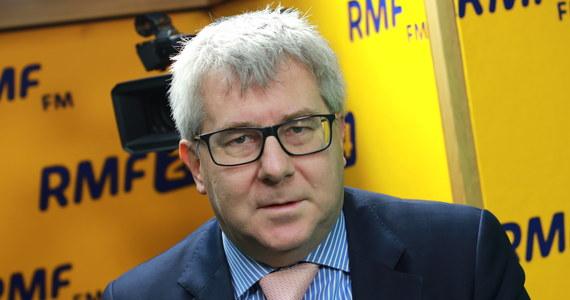 """""""Faktem jest, że każdy kto funkcjonuje w Brukseli, ale ma ucho nastawione na Polskę, słyszy o różnych zarzutach, które mogą się pojawić wobec pana Tuska"""" - powiedział Ryszard Czarnecki w Porannej rozmowie w RMF FM. Jak mówi, o zarzutach """"coraz głośniej mówi się w kuluarach"""". """"Chodzi oczywiście o czas, kiedy sprawował (Donald Tusk) funkcję Prezesa Rady Ministrów i czas, który okazuje się, że nie jest czasem przeszłym dokonanym"""" - powiedział polityk Prawa i Sprawiedliwości. Dopytywany przez prowadzącego program Roberta Mazurka, co ma na myśli używając takich sformułowań, odparł: """"Wiele osób twierdzi, że rola pana przewodniczącego Tuska w takich aferach jak afera Ciech, afera Amber Gold, czy także w kwestii tragedii smoleńskiej - zarówno sfera przygotowania wyjazdu, jak i potem to, co się działo po tragedii - to są rzeczy, które mogą w sposób bardzo poważny, uderzyć w Donalda Tuska"""" - stwierdził. Pytany o to, dlaczego """"wystawił"""" swoją żonę Emilię Hermaszewską na zarzuty, że wiceprzewodniczącą rady nadzorczej spółki Armatura Kraków została dzięki niemu, odparł: """"Nie miałem nic wspólnego z tym, że jest w radzie nadzorczej tej firmy"""". """"Nie uważam tego za coś złego. Przeciwnie - jeżeli jej potencjał zostanie wykorzystany, to dobrze"""" - powiedział Czarnecki. """"Czy będzie tam dalej pracować, tego nie wiem"""" - dodał."""