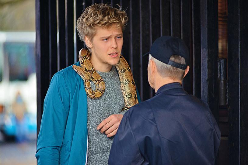"""Pracę przy komedii obyczajowej """"PolandJa"""" Jakub Gierszał zapamięta na długo. W większości scen partnerował mu wąż boa. Aktor potrzebował nieco czasu, by oswoić się z gadem i przełamać swój strach."""