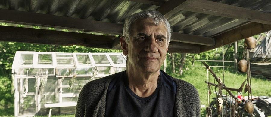 """Wiktor Zborowski gra jedną z głównych ról w """"Pokocie"""" - najnowszym filmie Agnieszki Holland . Jak przyznał, choć realizacja filmu rozpoczęła się kilka lat temu, to właśnie dziś jest jeszcze bardziej aktualny. Film jest w dychę trafiony w czas, to jest niebywałe - zauważył aktor."""