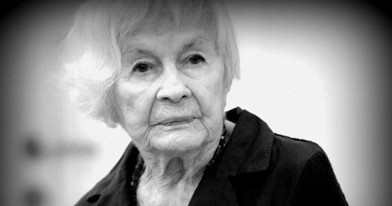 """""""Danusia dla wszystkich aktorów była drogowskazem. Pokazywała, że cierpienie i ból to obiekty, od których trzeba się dystansować. Uczyła nas etosu pracy w teatrze"""" - tak zmarłą w niedzielę Danutę Szaflarską w RMF FM wspomina reżyser i dyrektor Teatru Rozmaitości w Warszawie Grzegorz Jarzyna."""