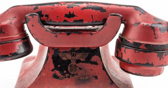 """Aparat telefoniczny """"czerwonej linii"""" Adolfa Hitlera zaprezentowany na aukcji jako """"najbardziej zbrodnicza broń w historii"""" został sprzedany w niedzielę za 243 tys. dolarów. Taką informację podał amerykański dom aukcyjny """"Alexander"""", który wystawił na sprzedaż tę """"pamiątkę""""."""