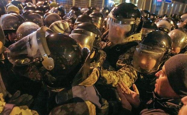 Przepychanki ukraińskiej policji z nacjonalistami w centrum Kijowa. Do zamieszek doszło wczoraj wieczorem, podczas obchodów trzeciej rocznicy starć na Majdanie.