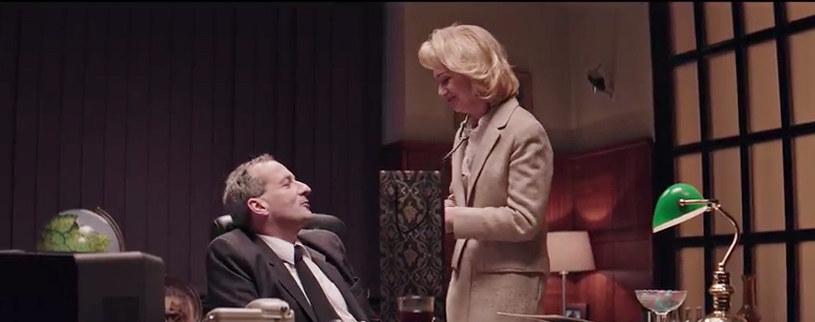 """W piątym odcinku """"Ucha Prezesa"""" w gabinecie tytułowego bohatera pojawiają się nowi bohaterowie - Jola, Beata oraz Adam. Wspólnie z Jackiem oraz Mariuszem debatują na temat serialu internetowego o Prezesie."""